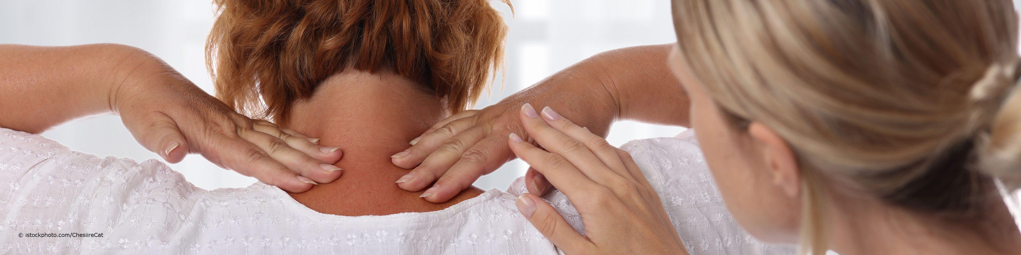 Eine auf DocInsider registrierte Fachärztin für Physikalische und Rehabilitative Medizin behandelt eine Patientin mit Nackenschmerzen mithilfe von Osteopathie