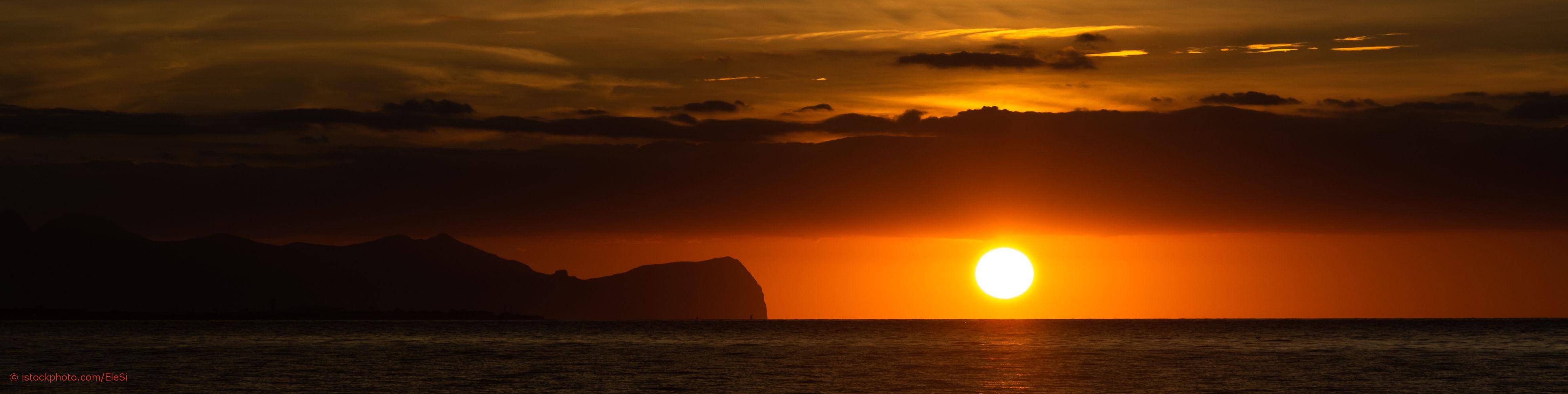 Entspannung für die Seele kann auch ein Sonnenuntergang am Strand auf Sizilien sein.