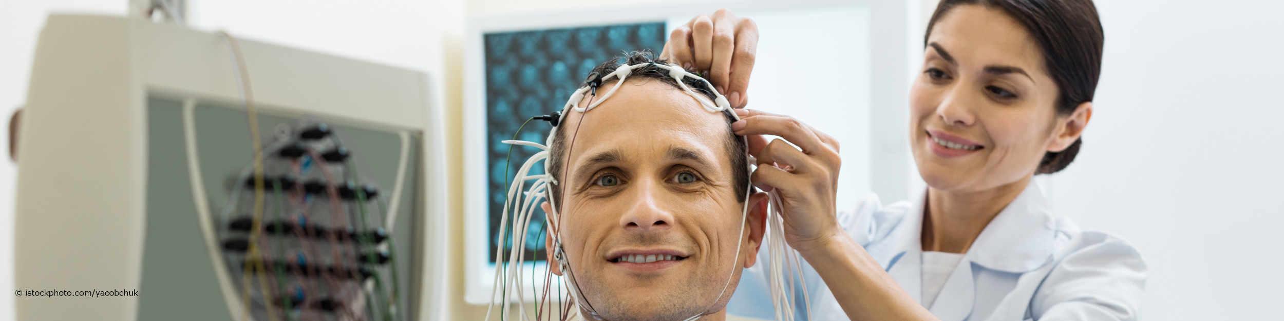 Auf DocInsider registrierte Ärztin legt Mann die Elektroden für das EEG an