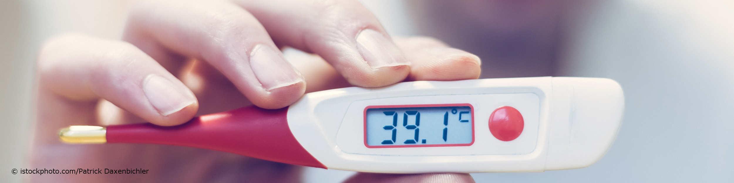 Männerhand zeigt digitales Fieberthermometer mit 39,1 °C Temperatur, also sehr hohem Fieber