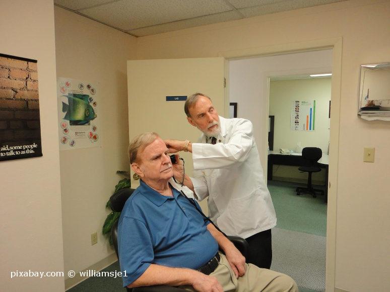 Senior lässt Ohrenschmalz beim HNO-Arzt entfernen.